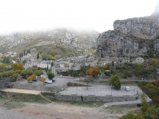 le village de la Malène et le  parking de nuit. (48)