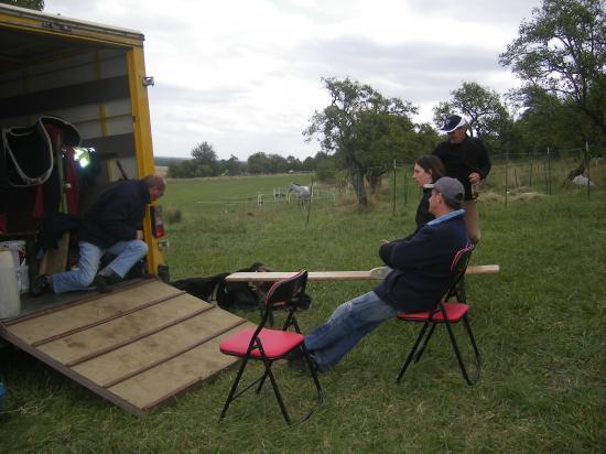 équipe assistance au repos avant la course