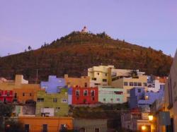 Zacatecas - Vista sobre el Cerro de La Bufa con coloradas casas