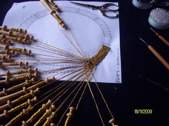 Incrustation de perle sur collier doré en dentelle