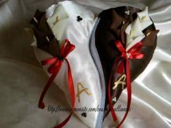 coussin séparer en 2 ivoire chocolat avec ruban rouge et ini.jpg