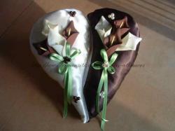 coussin ivoire chocolat avec arums et ruban vert.JPG