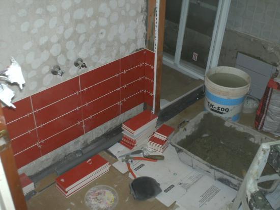 Salle d'eau rouge