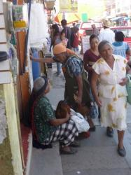 Tlacolula - Mercado - vieja comprando un pollo