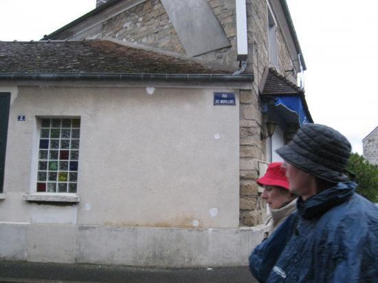 Catherine dans la rue des Morvilliers à Génicourt