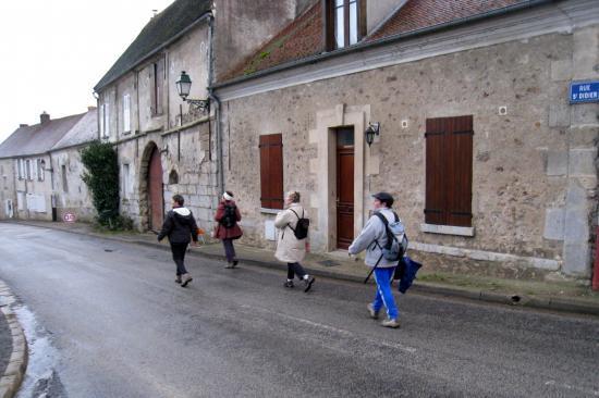 Randonneurs dans la rue St Didier à Epiais Rhus
