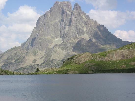 Un lac d'Ayous et le Pic du Midi d'Ossau