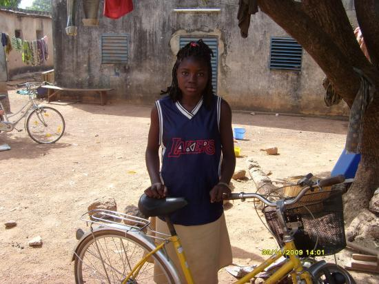 Balkissa avec son nouveau vélo