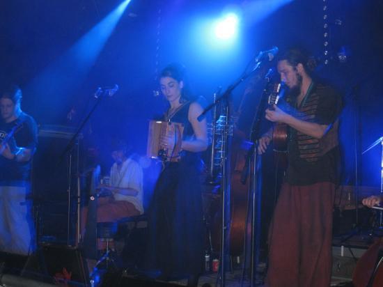 Marc à la guitare, Marion à l'accordéon, Julien aux percussions, Ben à la guitare