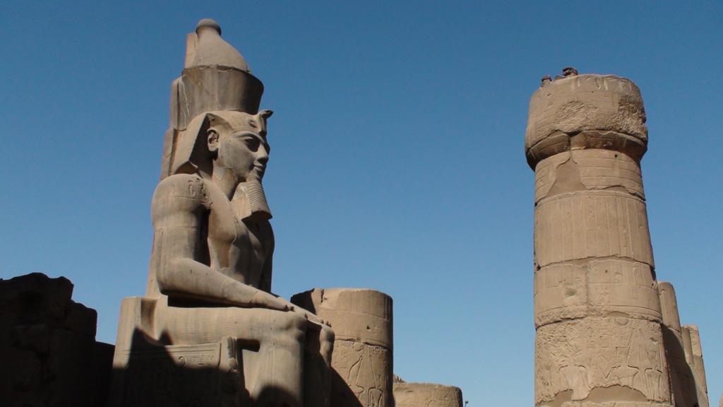 Temple de Louxor - Satue de Ramsès II