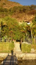 Lago Atitlan - La casa de Carlos oscultada por la jungla en el jardin
