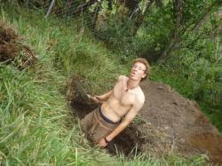 Nuevo Mundo - Yo, cavando un hoyo para los banos ecologicos