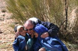 moments émouvants à la remise d'un blouson pour une grand mère et son petit fils