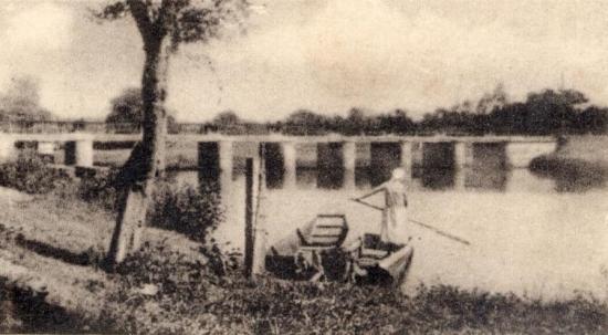 En barque, en amont des Sept Écluses