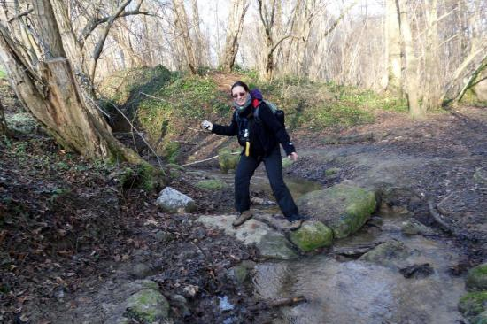 Annick traverse le Rû de la Soissonne