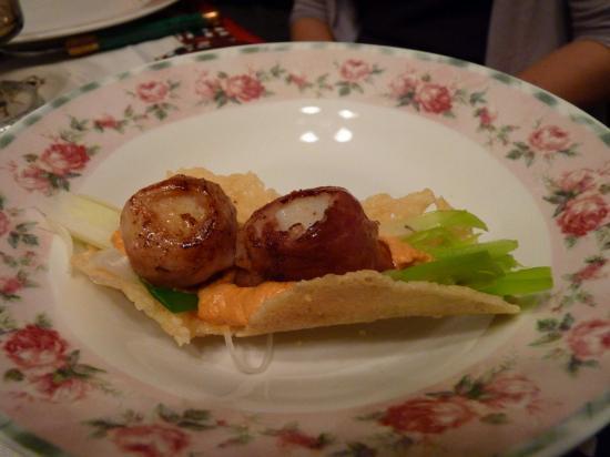 tuiles de parmesan, St Jacques au jambon juste poèlées sur lit de poireau et sa sauce corail