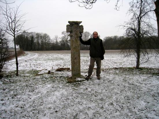 Bruno et Croix Pattée près de Courcelles