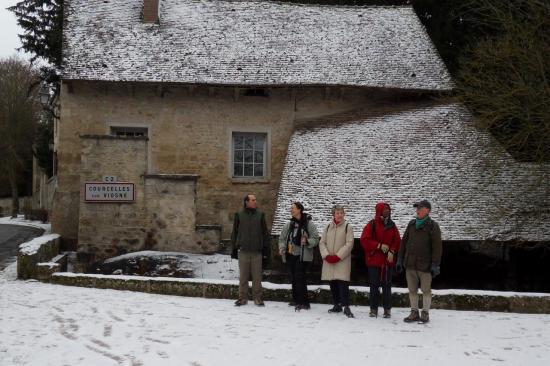 Randonneurs devant le lavoir à Courcelles sur Viosne