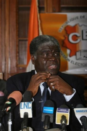 Vendredi 15 janvier 2010. Abidjan. Siège de la Commission électorale indépendante. Le président Beugré Mambé éclaire l`opinion publique