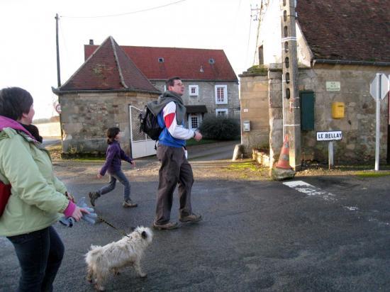 Richard, Charlotte, Catherine L et Ulysse traversant le Hameau de Bercagny