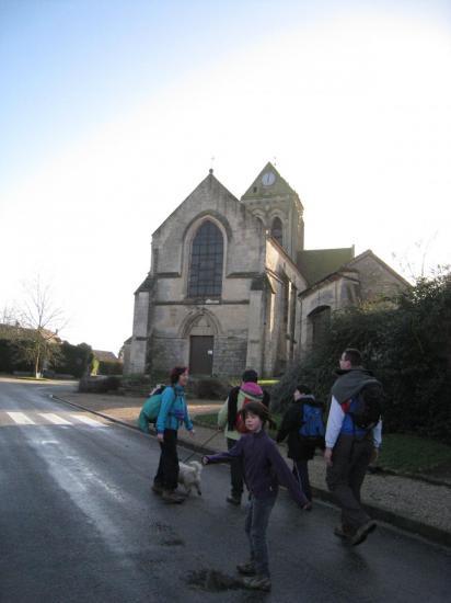 Randonneurs devant l'Eglise Sainte-Madeleine au Bellay-en-Vexin