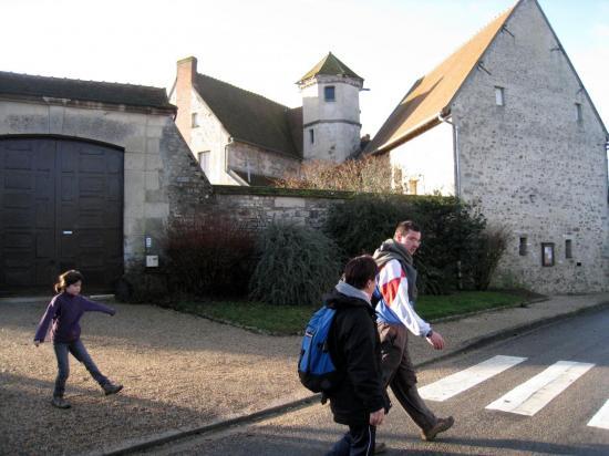 Richard, Maria, Charlotte devant la Ferme de l'Hôtel-Dieu au Bellay en Vexin