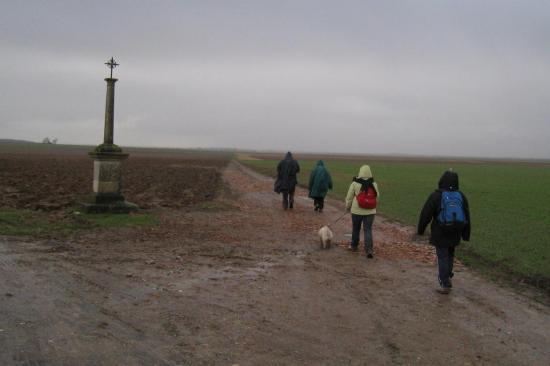Randonneurs sous la pluie  près de Nucourt