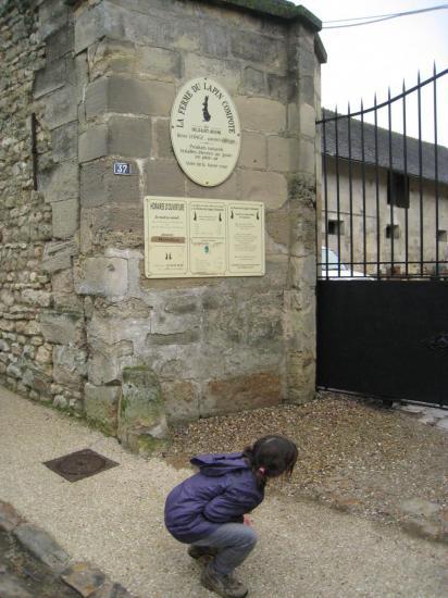 Charlotte devant la ferme du Lapin Compote à Commeny