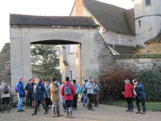 Randonneurs devant la Ferme de l'Hôtel-Dieu au Bellay en Vexin