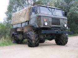 Camion Gaz 66 équipé de pneus-arceaux
