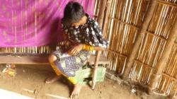 Carti - mujer Kuna trabajando sobre un collare