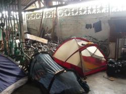 Capurgana - acampando en el taller de bicicletas