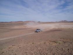 malgré le bâchage de la remorque, la poussière passe partout