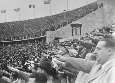 Candidature du Sniper qui aime tirer des coups Foule-a-berlin-1936