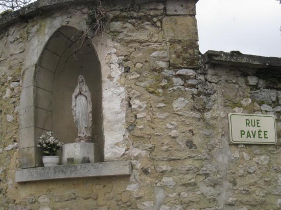 Vierge dans la Rue Pavée à Aveny