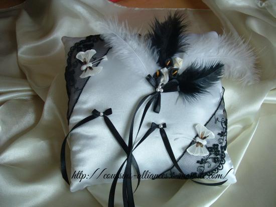 coussin carré noir et blanc avec papillons
