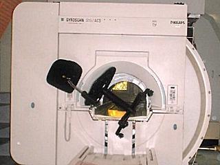 Une chaise coincée dans un machine à IRM
