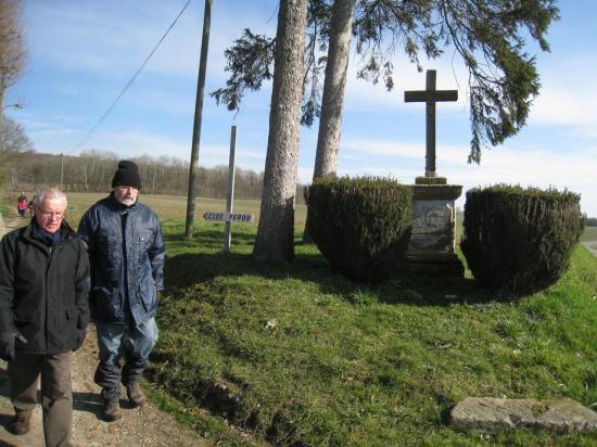 Jean, Olivier, devant un Calvaire