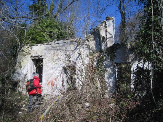 Serge visite les ruines d'une maison