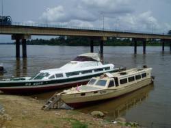 Navigation sur l'Ogouué, le plus long fleuve du Gabon