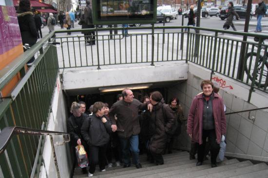 Le groupe à la sortie du métro