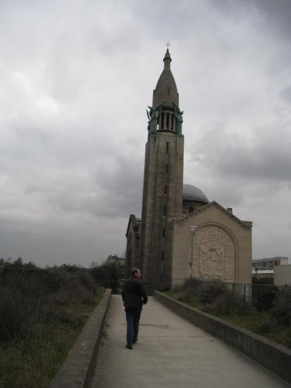 Bruno devant l'église portugaise de Paris 14 ème