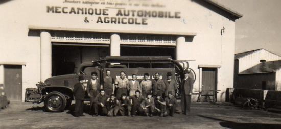 Pompiers: 1955.Nouveau camion citerne.Aprentis et mécaniciens autour de Christian MARCO.