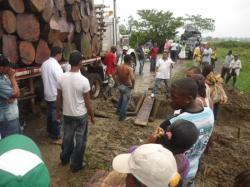 Rio Sucio - Problemas con un camion de madera en el barro...