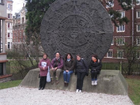 Devant une réplique d'un calendrier aztèque -  Maison du Mexique - Cité universitaire de Paris