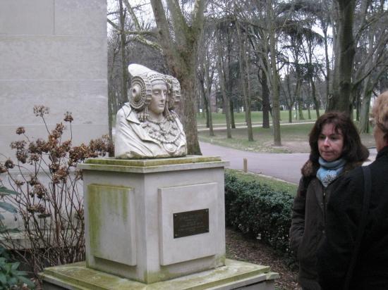 Paula devant le colège d'Espagne
