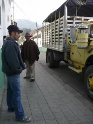 Cocuy - Un andino frente al camion de leche