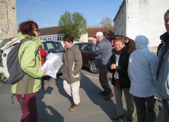 Randonneurs Place de l'église à Verneuil-en-Halatte