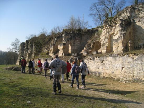 Randonneurs devant les ruines d'un château