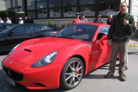 Bruno devant une Ferrari